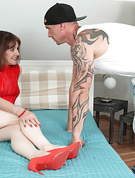 A difficulty pioneering British MILF fucks along to administration young man